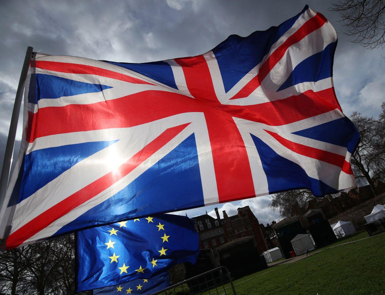 """Po """"Brexit"""" balsavimo parkritęs svaras bando atsigauti, priešakyje - išaugęs kintamumas"""