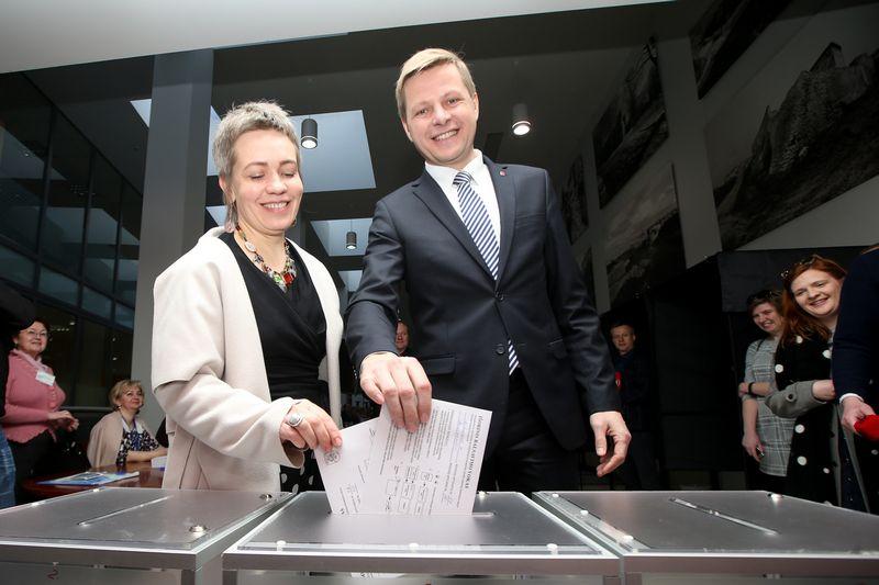 Remigijus Šimašius su žmona jau balsavo iš anksto antrajame merų rinkimų ture. Vladimiro Ivanovo (VŽ) nuotr.