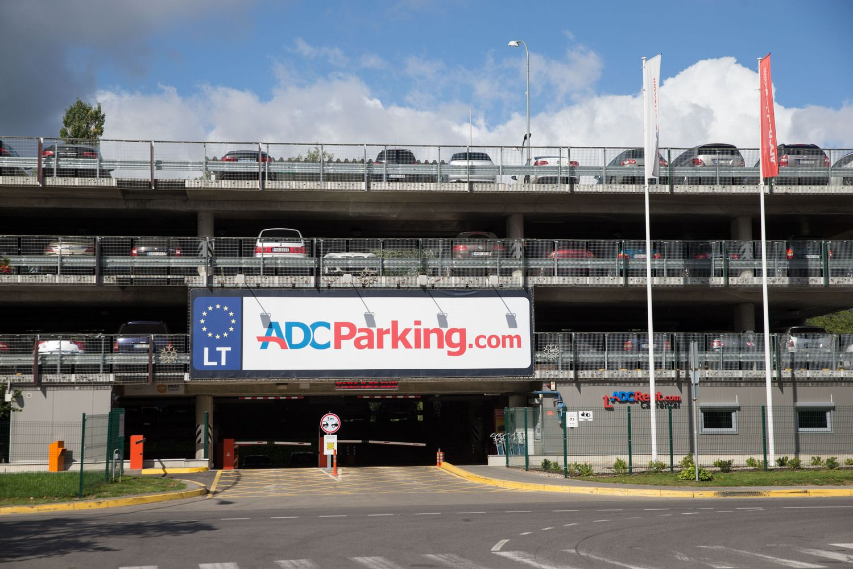 """""""ADC Parking"""" valdytoja šalia Vilniaus oro uosto atidaro pigesnę aikštelę"""