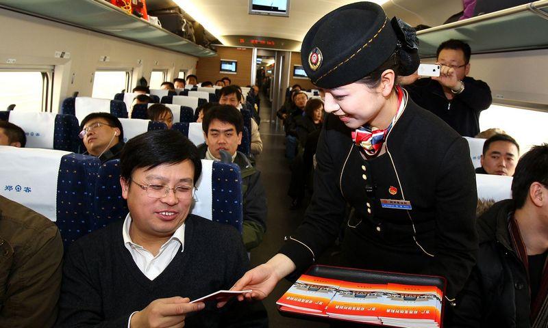 """Skelbiama, kad dėl žemo socialinio kredito reitingo 2018 m. maždaug 5,5 mln. kartų Kinijos piliečiams buvo uždrausta įsigyti traukinių bilietų. """"AFP"""" / """"Scanpix"""" nuotr."""