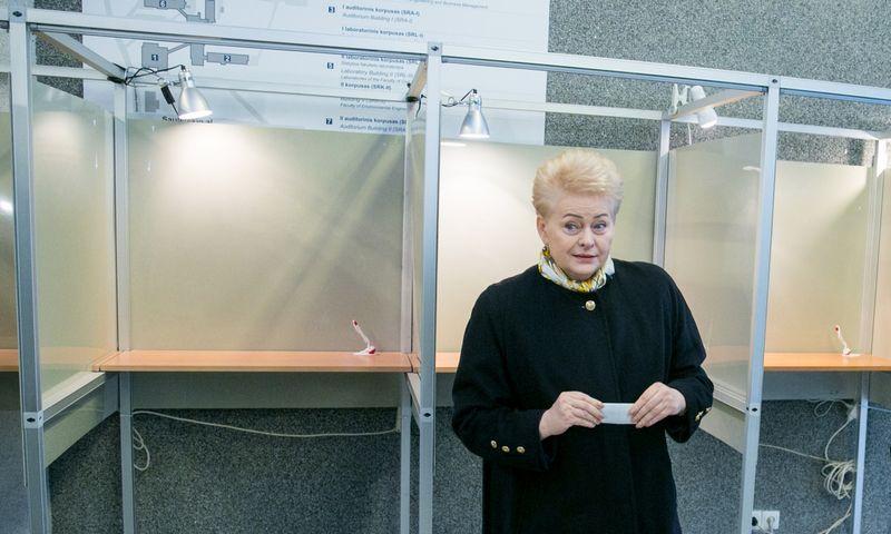 """Prezidentė balsuoja pakartotiniuose savivaldybių tarybų rinkimuose. J. Kalinsko """"15min."""" nuotr."""