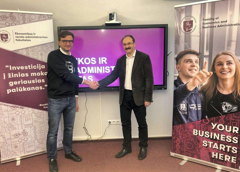 """Ervinas Rimdeika, """"BitDegree"""" vadovas (kairėje) ir prof. Vytautas Dikčius sako, kad projektas įdomus ir moksliniu, ir komerciniu požiūriu. VU ir """"BitDegree"""" nuotr."""