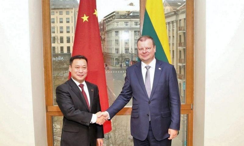 Saulius Skvernelis ir Kinijos ambasadorius Shen Zhifei. LRV nuotr.