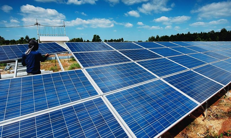 Skaičiuojama, kad dvipusiai saulės moduliai generuoja iki 20% daugiau saulės energijos nei įprastiniai vienpusiai.