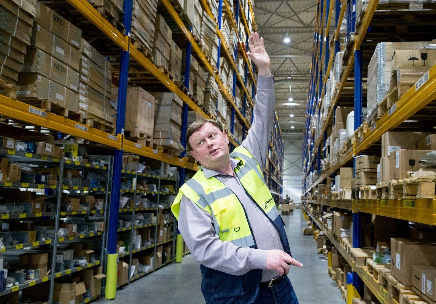 Didėjantys sandėlių darbuotojų atlyginimai karpė įmonių pelną
