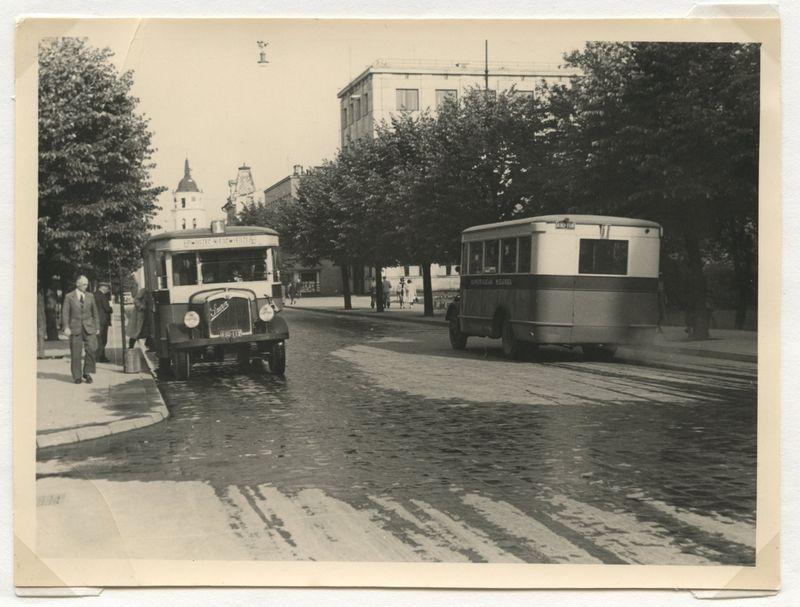 Iš Alfredo Rietmanno 1937–1939 m. Vilniaus fotografijų parodos Šlapelių muziejaus galerijoje. Adamo Mickiewicziaus gatvė (dabar - Gedimino prospektas).