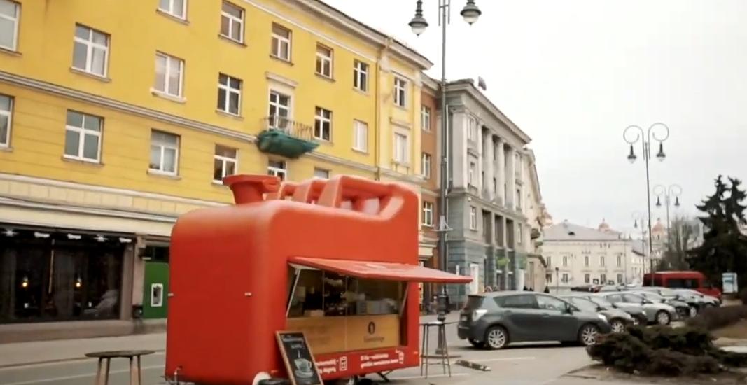 Kavos bakas ant ratų – netradicinis sprendimas draudimo kampanijoje