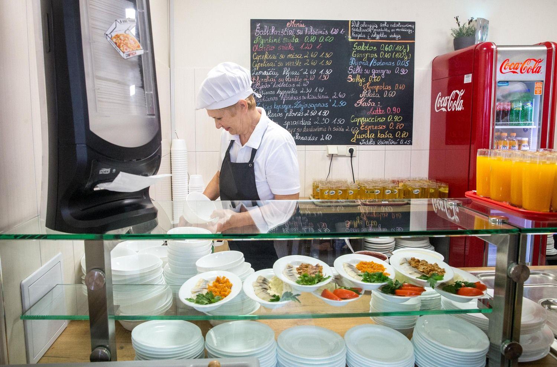 �iuolaikin�s valgyklos pietus si�lo u� 1,7 Eur arba nemokamai juos ve�a net � kit� miest�