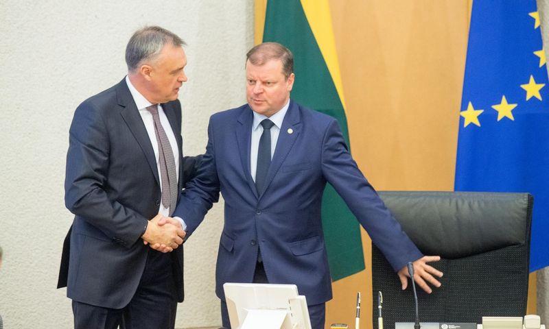 Lietuvos pramonininkų konfederacijos prezidentas Robertas Dargis (kairėje) susitiko su premjeru Sauliumi Skverneliu ir kitais Vyriausybės nariais. Juditos Grigelytės (VŽ) nuotr.