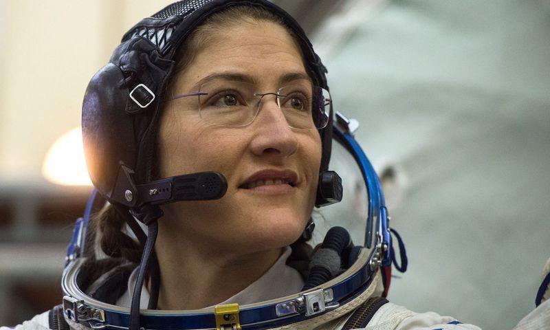 """NASA astronautė Christina Koch kovo 29 d. išeis į atvirą kosmosą, tačiau jai draugiją palaikys ne Anne McClain, o Nickas Hague'as.  AFP / """"Scanpix"""" nuotr."""