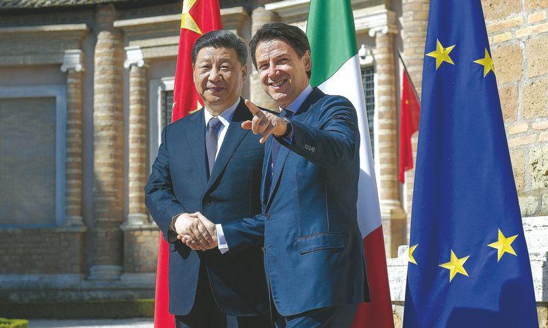 """Kinijos prezidentas Xi Jinpingas ir Italijos premjeras Giuseppe Conte susitarė dėl Kinijos naujojo """"šilko kelio"""". Luigi Mistrulli (""""SIPOS"""" / """"Scanpix"""") nuotr."""