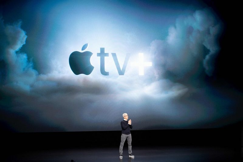 """Timas Cookas, """"Apple"""" vadovas, sako, kad bendrovė tikisi iki 2020 m. iš paslaugų gauti 50 mlrd. USD (pernai kompanijos pajamos iš viso siekė 265,6 mlrd. USD) ir turėti 500 mln. mokančių prenumeratorių. Noah Bergerio (""""Scanpix"""" / """"Reuters"""" / AFP) nuotr."""