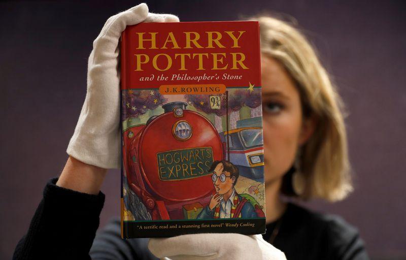 """Vienas iš pirmųjų knygos """"Haris Poteris ir išminties akmuo"""" egzempliorių aukcione parduotas už 68.000 GBP. Peterio Nichollso (""""Reuters""""/""""Scanpix"""") nuotr."""