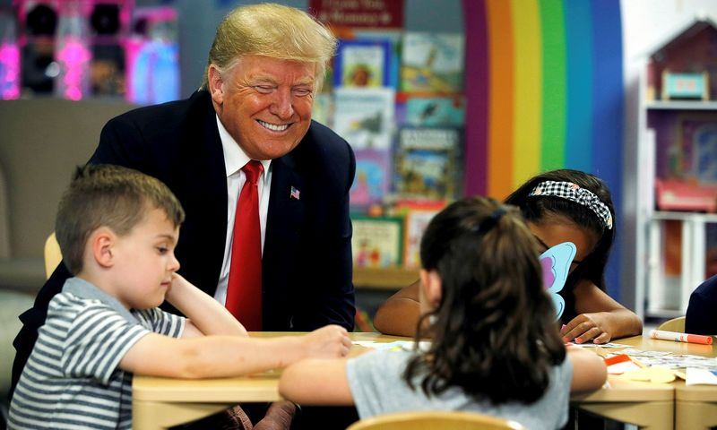 """Kokių elgsenos modelių mokosi vaikai, kai pasaulio lyderių olimpe sėdi tokie patyčių meistrai kaip Donaldas Trumpas? Leah Millis (""""Reuters"""" / """"Scanpix"""") nuotr."""