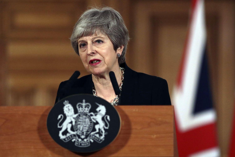 """JK premjerė peržengė raudoną liniją – artėja prie švelnesnio """"Brexit"""""""