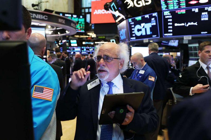 """Po rinkų atšokimo pirmąjį ketvirtį investuotojai įspėjami laikytis atsargiau. Spencerio Platto (""""Getty Images"""" / AFP / """"Scanpix"""") nuotr."""