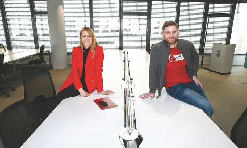 """Jonė Vaitulevičiūtė ir Dmitrijus Sosunovas, """"Startup Wise Guys Lietuva"""" partneriai, jau paruošė vietas startuoliams, – jie įsikurs """"Blockchain"""" centre Vilniuje. Vladimiro Ivanovo (VŽ) nuotr."""