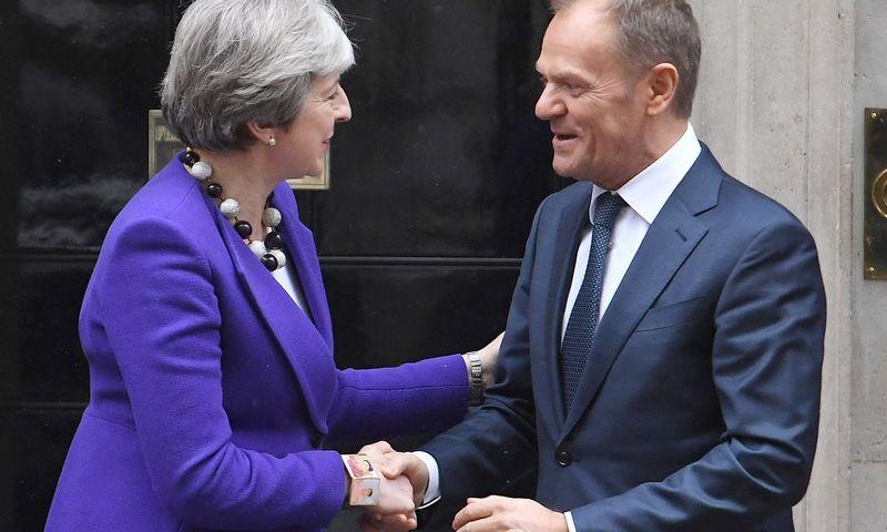 "JK premjerė Theresa May ir EVT pirmininkas Donaldas Tuskas (""Reuters"" / ""Scanpix"" ) nuotr."