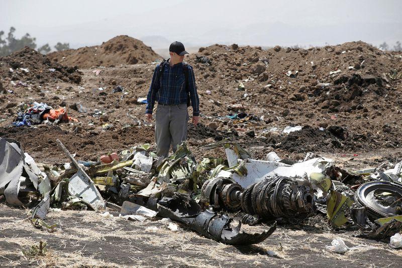"""Tyrėjas apžiūri """"Ethiopean Airlines"""" priklausiusio """"Boeing 737 MAX"""" sudužimo vietą. """"Reuters"""" / """"Scanpix"""" nuotr."""