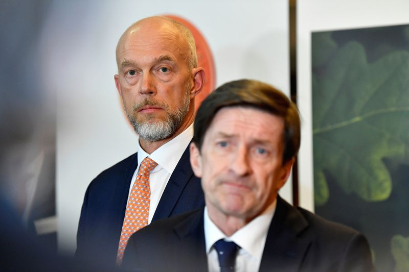 """""""Swedbank"""" laikinasis vykdomasis direktorius Andersas Karlssonas (kairėje)  ir  Larsas Idermarkas, """"Swedbank"""" direktorių tarybos pirmininkas.  Henrik Montgomery (""""Reuters"""" / """"Scanpix"""") nuotr."""