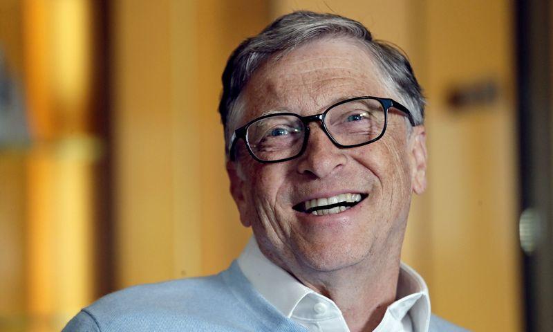 """Vienas turtingiausių pasaulio žmonių Billas Gates'as nesibodi kas vakarą plauti indų. Elaine Thompson (""""Scanpix"""") nuotr."""