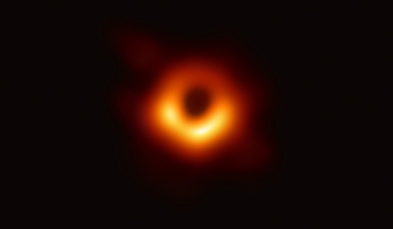 Mokslininkai nufotografavo juodąją skylę