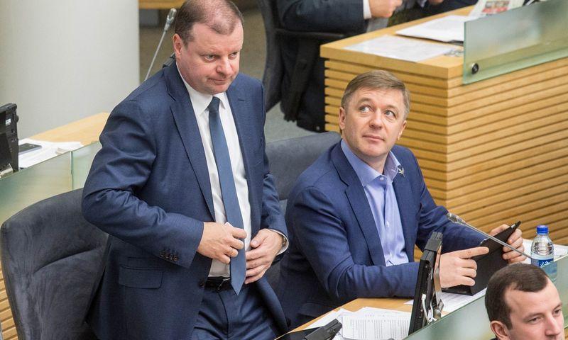 Premjeras Saulius Skvernelis (kairėje) emigrantų skolų nurašymo klausimu iš esmės stojo idėjos autoriaus Ramūno Karbauskio pusėn. Juditos Grigelytės (VŽ) nuotr.