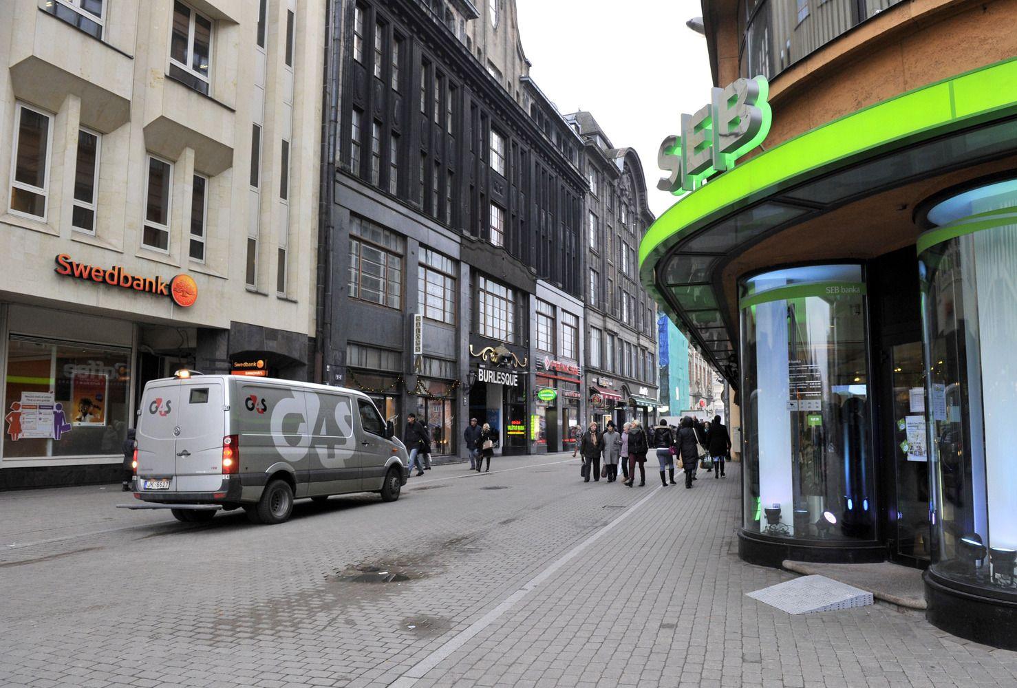 """SEB išpardavė pusę turėtų """"Swedbank"""" akcijų"""