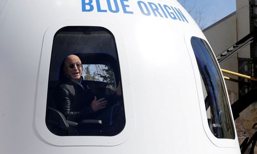 Jeffas Bezosas jungiasi prie milijardierių lenktynių į kosmosą