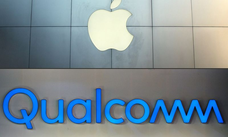 """Po """"Apple"""" sprendimo, rinkos stebėtojai skelbia """"Qualcomm"""" 5G lustų lenktynių nugalėtoja. Grego Bakerio ir Mandelio Ngano (""""Scanpix""""/""""Reuters""""/AFP) nuotr."""
