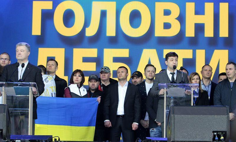 "Petro Poroshenko ir Volodymyras Zelenskis per debatus Kijevo stadione. Anos Machenko (TASS/""Scanpix"") nuotr."