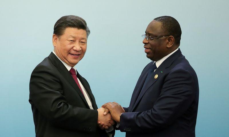 """Afrika labai rūpi Pekinui – Kinijos prezidentas Xi Jinpingas ir Senegalo prezidentas Macky Sallas 2018 m. Kinijos ir Afrikos bendradarbiavimo forumo viršūnių susitikime. """"Reuters"""" nuotr."""