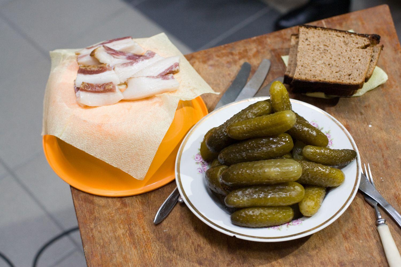 Latviai pradėjo gaminti marinuotų agurkų skonio degtinę