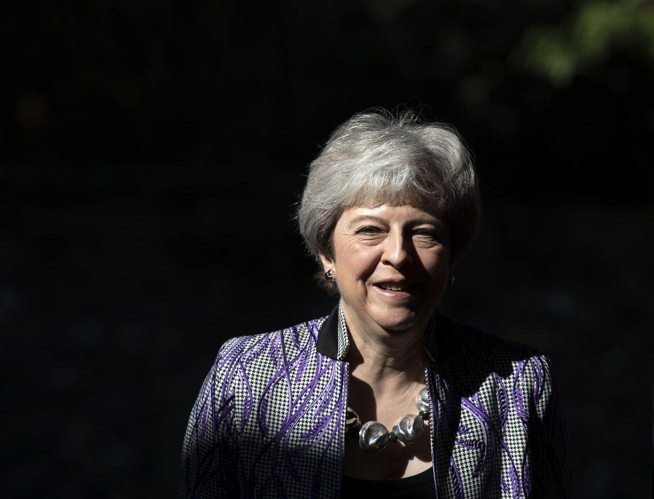 """Derybų dėl """"Brexit"""" įkaršyje vėl svyruoja Th. May postas"""