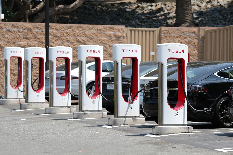 """""""Tesla""""pelno tiksląsieja su savaldžiais taksi elektromobiliais"""