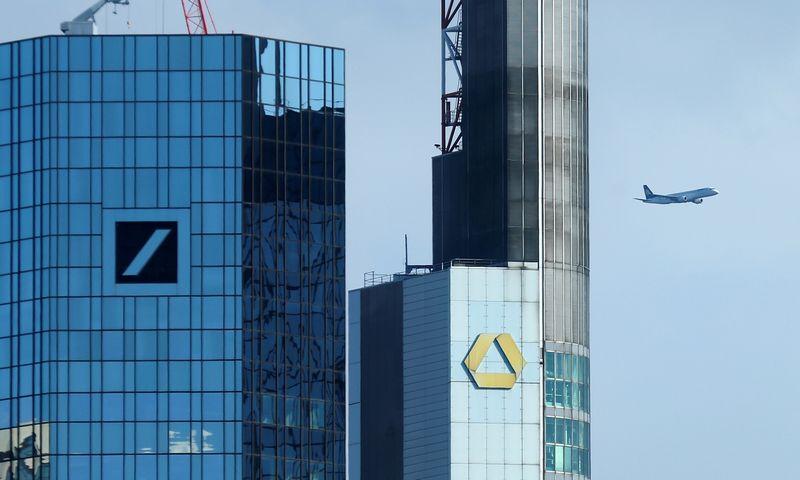 """""""Deutsche Bank"""" (kairėje) ir """"Commerzbank"""" (dešinėje) jungtuvės neturi racijos. Ralph Orlowski (""""Reuters"""" / """"Scanpix"""") nuotr."""