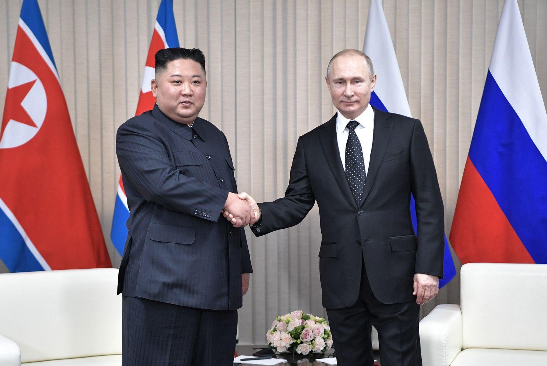 Kim Jong Unas pirmą kartą susitiko su V. Putinu