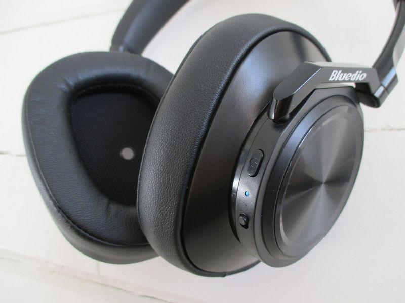 Išskirtinis pranašumas – ausinių baterijos užtenka 32 valandoms muzikos klausymo. Liutauro Leščinsko nuotr.