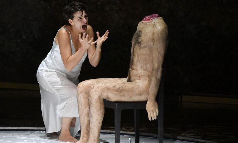 """Operos žinovai sako, kad sopraną Asmik Grigorian į atlikėjų olimpą iškėlė Salomėjos vaidmuo. Romeo Castelluchi režisuotos Richardo Strausso operos premjera įvyko 2018 liepą, Zalcburgo muzikos festivalyje. Barbaros Gindl (AFP/""""Scanpix"""") nuotr."""