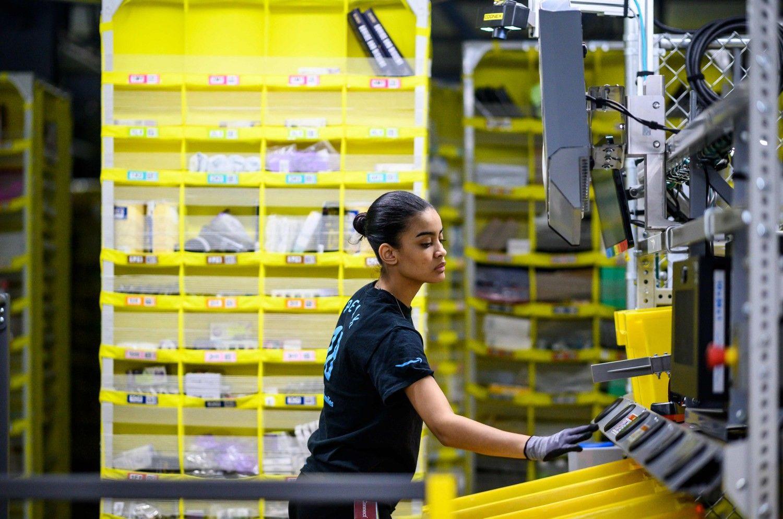"""""""Amazon"""" darbuotojus seka ir atleidžia automatas"""