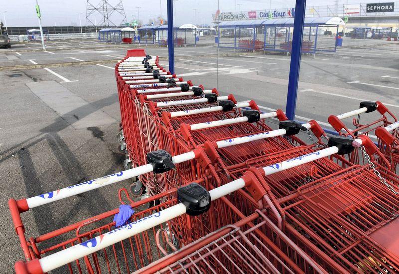 Lenkijoje prekybos centrų aikštelės ištuštėja dažną sekmadienį, nes prekybos tinklams tuomet uždrausta dirbti. Janek Skarzynski (AFP/Scanpix) nuotr.