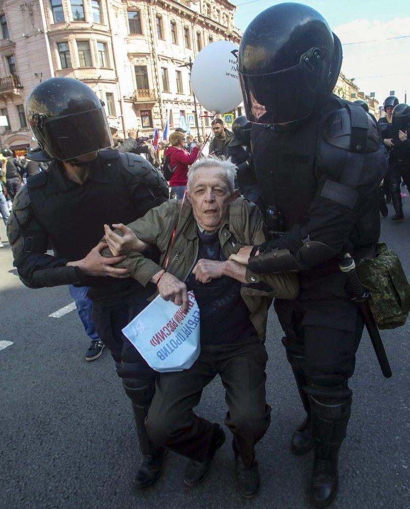 Rusijoje per Gegužės 1-osios demonstracijas policija sulaikė daugiau kaip 100 protestuotojų
