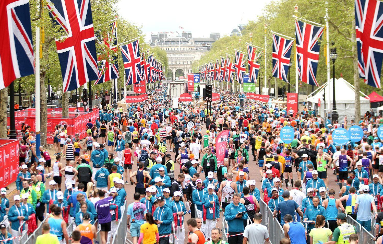 Londono maratono dalyviai gaivinosi jūros dumblių kapsulėmis