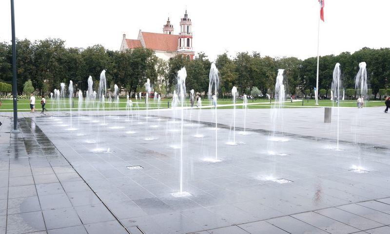 Daugiausiai lankytojų sulaukianti Lukiškių aikštės puošmena ir traukos centras šiemet turės dar daugiau smagių ir atnaujintų interaktyvių vandens funkcijų. Vladimiro Ivanovo (VŽ) nuotr.
