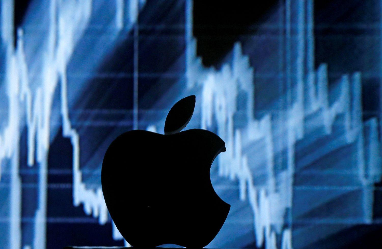 """Po rezultatų """"Apple"""" vėl beldžiasi į trilijoninių kompanijų klubą"""