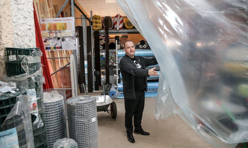 """Kornelijus Nyderis, Šakių """"Riko prekybos"""" direktorius, nusprendė atsisakyti 165 kv. m ploto prekybos erdvės, nes, pirkėjams ateinanant spręsti problemos, vis mažiau darbo skiriama pardavimui. Vladimiro Ivanovo (VŽ) nuotr."""