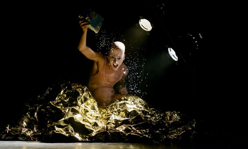 """Graikų režisieriaus Euripides Laskaridis spektaklis """"Titanai"""" iš šiųmėtės festivalio """"Naujasis Baltijos šokis '19"""" programos. Organizatorių nuotr."""