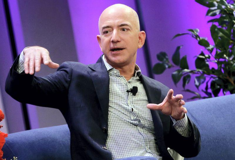 "Jeffas Bezosas, ""Amazon"" vadovas per 9 sekundes uždirba vidutinę metinę darbuotojo algą. Mike'o Segaro (""Reuters"" / ""Scanpix"") nuotr."