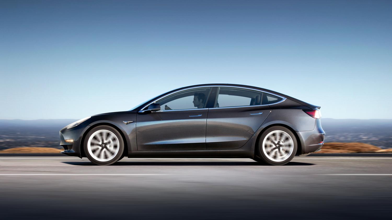 """""""Tesla Model 3"""" tapo perkamiausiu Europoje brangiu sedanu"""