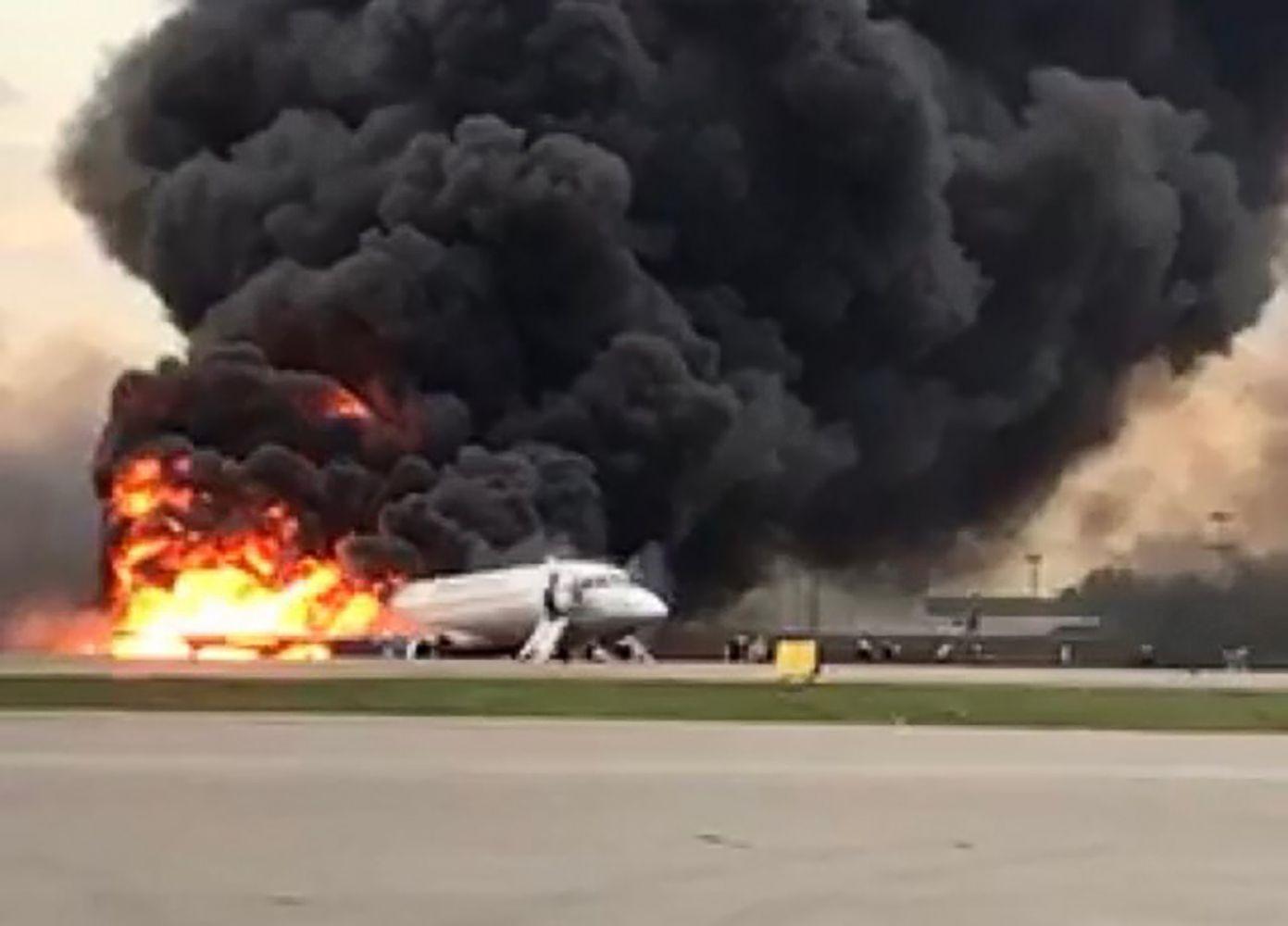 """Manoma, kad į""""Aeroflot"""" lėktuvą trenkė žaibas"""